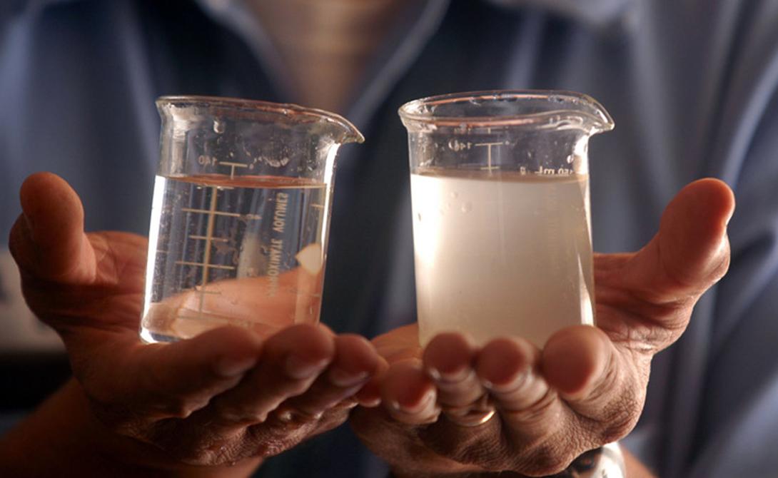 Соль Всего литр морской воды содержит 40-50 грамм соли. Человеку же в сутки требуется всего 15 граммов, то есть почти в четыре раза меньше. Такая серьезная передозировка обязательно вызовет неприятные последствия.