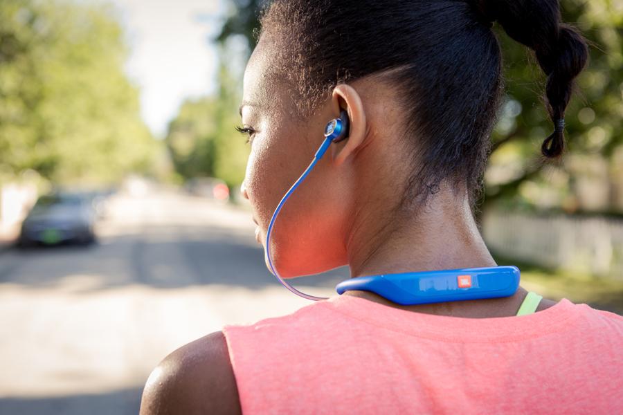 Наушники JBL Reflect Response подключаются к устройству по Bluetooth, что освобождает спортсмена от мешающихся во время тренировок проводов и дает возможность спортсмену не обращать внимания на посторонние детали во время тренировки.