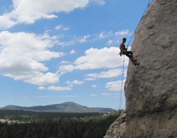 Альпинизм Одно из самых опасных хобби в нашем списке. Со склонов срываются даже матерые специалисты, посвятившие горам десяток лет жизни. Притом, практически любое падение чревато, как минимум, серьезными переломами.