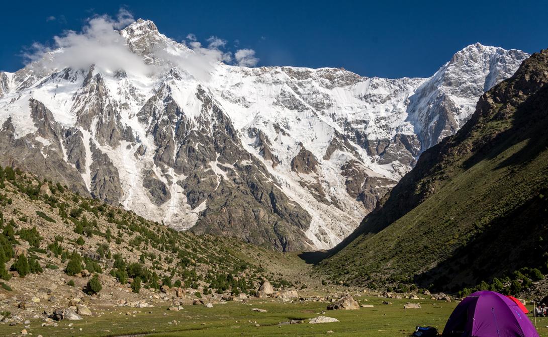 Нанга Парбат Где: Северный Пакистан Высота: 8010 метров Англичане прозвали Нанга Парбат «Man Eater». Говорящее название, правда? Склоны горы покрыты льдом со вкраплениями очень неустойчивой породы, что делает ее крайне опасной для альпинистов. Частые штормы и опасные лавины завершают картину.