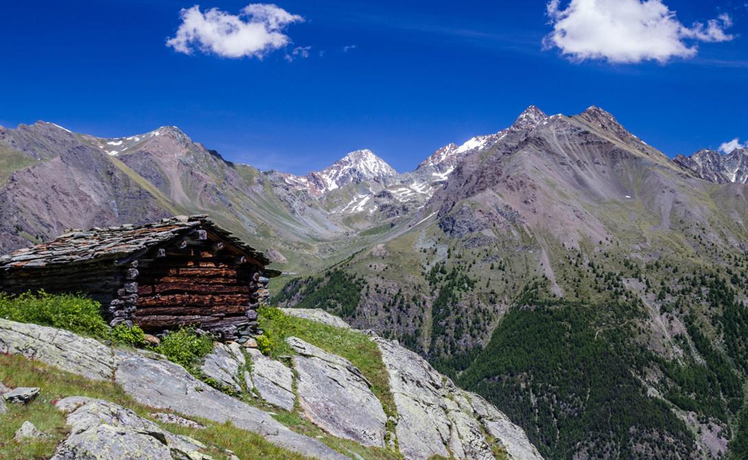 Гран-Парадизо Италия Изначально парк был создан для защиты популяции козерогов от браконьеров — его даже официально объявили частной территорией охотничьих егерей короля. Часть парка покрыта лесами, по которым неутомимый путник может пешком добраться до одного из пяти ледников. Особой популярностью пользуется маршрут до вершины горы Гран, с вершины которой открывается умопомрачительный вид на Монблан, Маттерхорн и другие альпийские пики.