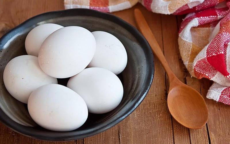 Яйца Еще один удивительный источник белка и других жизненно важных питательных веществ. Возможно, это станет для вас сюрпризом, но вы можете съесть яйцо не только на завтрак, но и в любое другое время. И не беспокойтесь насчет такого «вредного» желтка, так как, несмотря на все связанные с ним мифы, он продолжает демонстрировать свою пользу для здоровья.
