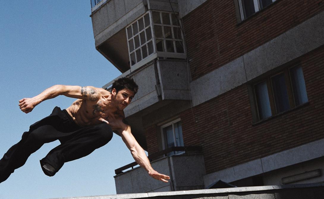 Прыжки Не просто прыжок — а четко выверенное движение, в результате которого вы сможете переместиться на длинное расстояние и приземлиться на ограниченной территории. Чтобы совершить подобное, придется развивать координацию всего тела, баланс и понимание собственных ограничений. Никогда не прыгайте на авось — так поступать просто глупо.