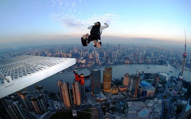 Бейсджампинг Костюм-крыло дает человеку возможность почувствовать себя птицей. Бейсджамперы часто прыгают с очень небольшой (сравнительно) высоты. Небоскребы, подвесные мосты, скалы: парашютный прыжок из самолета оставляет немного времени на случай непредвиденной ситуации, прыжок со скалы — нет.