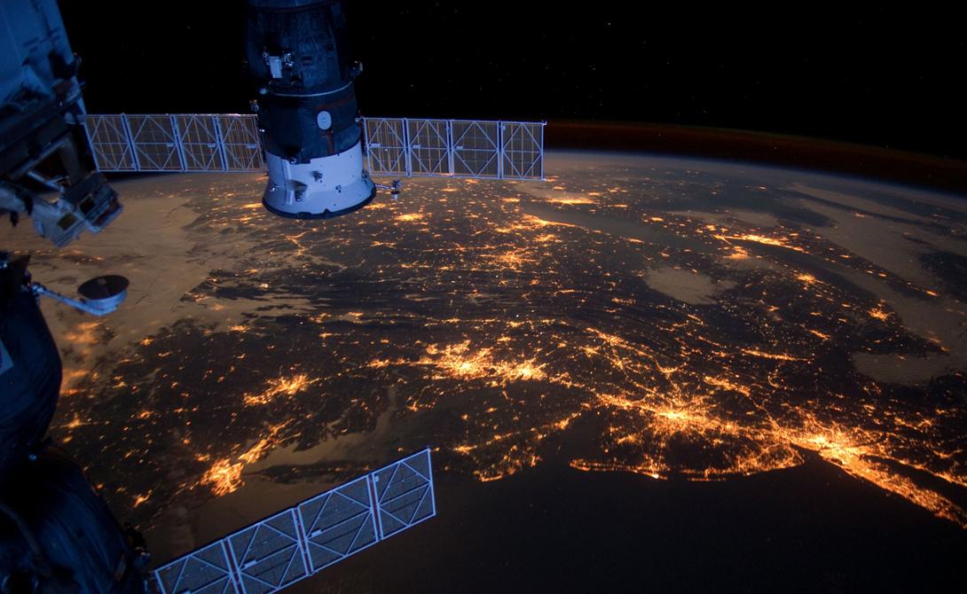 Городские огни В ночное время световое загрязнение наших городов заглушает свет звезд. Но тот, кто будет смотреть из космоса вниз, увидит собственные созвездия, которые формируют мегаполисы по всему миру.