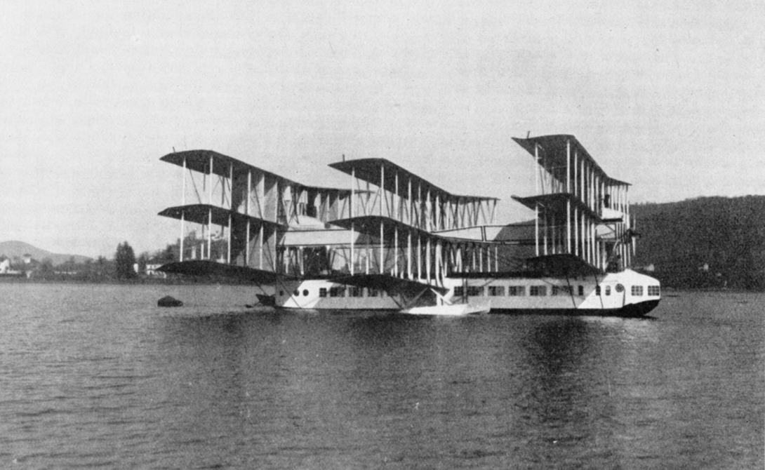 Caproni Ca.60 Noviplano Невероятная летающая лодка должна была одновременно заменить и авиалайнеры, и морские пассажирские суда. Девять крыльев, расположенные тандемом в трех пакетах, превращали внешность Caproni в сон радостного безумца, повернутого на симметрии и бессмыслице. В движение чудовище приводилось сборкой из восьми моторов суммарной мощностью в 3 000 л.с. Мощь! При первом же испытании самолет поднялся на 18 метров, где торжественно развалился на несколько частей.