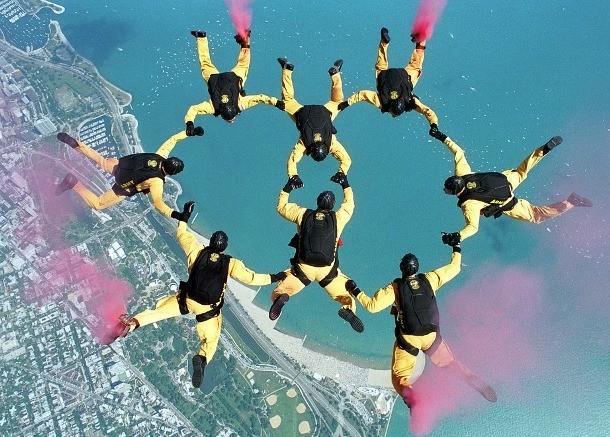 Скайдайвинг Парашютный спорт привлекает множество экстремалов. Еще бы, какой любитель адреналина откажется почувствовать свободное падение на собственной шкуре! Профессиональные скайдайверы никогда не выходят из самолета без запасного парашюта, но количество летальных прыжков все еще слишком высоко. Кроме того, трюкачество в воздухе может привести и к серьезным травмам.