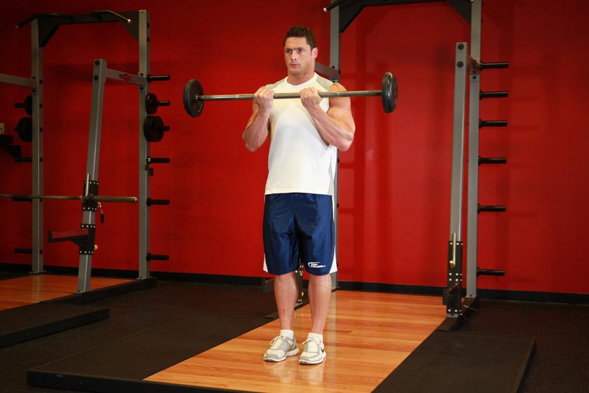 Подъем штанги на бицепс стоя Классика бодибилдинга. Без этого упражнения вам не обойтись — если, конечно, нужен быстрый результат. Техника выполнения довольно проста: хват на ширине плеч, начальная позиция — плечи чуть отведены назад, локти прижаты к бокам. Напрягая мышцы спины, а затем бицепса, поднимайте штангу к груди. Следите за тем, чтобы локти не выходили вперед и не допускайте полного расслабления рук. Даже в нижней точке амплитуды должно сохраняться некоторое напряжение.