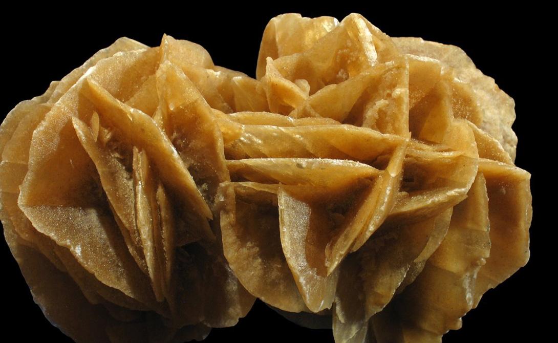 Пустынные розы Это особая форма минерала гипса, который может развиться в сухих песчаных местах, где иногда случаются наводнения. Резкая перемена влажного и сухого климата ведет к образованию кристаллов гипса между песчинками.