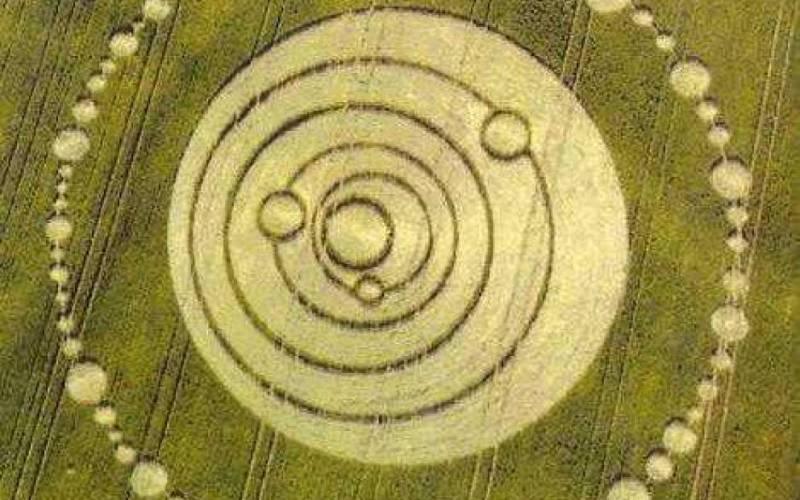 Глиф Солнечной системы Эти круги, изображающие Солнце, Меркурий, Венеру, Марс, Землю и Юпитер, появились на полях в Лонгвуд Уоррене, Гемпшир (Великобритания) 22 июня 1995 года. Самое интересное, что этот глиф изображает планетарное выравнивание, которое произошло в тот день, а также 6 ноября 1903 года, когда братья Райт доказали, что человеку подвластен полет, а еще раз во время путешествия Маринер-9 на Марс 11 июля 1971 года.