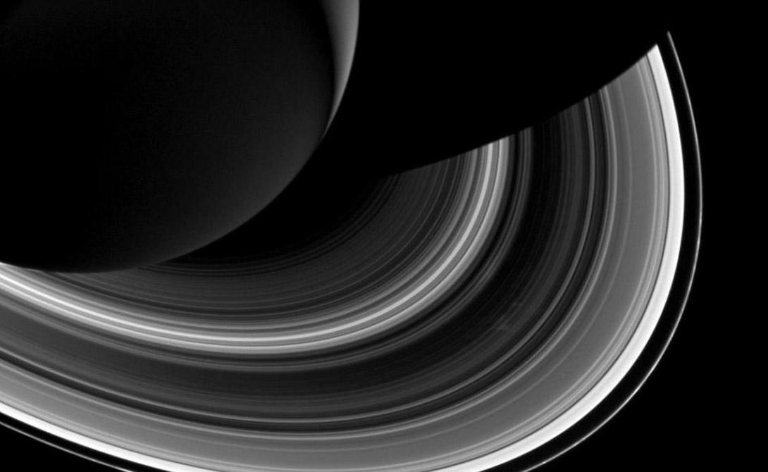 Новая луна Сатурна В декабре прошлого года астрономы наблюдали удивительное явление: у Сатурна начала образовываться самая настоящая новая луна. Естественный спутник планеты сформировался на одном из ледяных колец и ученые никак не могут понять, что послужило первотолчком. В конце 2016 космический аппарат «Кассини» вновь вернется для обследования Сатурна — может быть, это поможет космологам разгадать очередную тайну Вселенной.