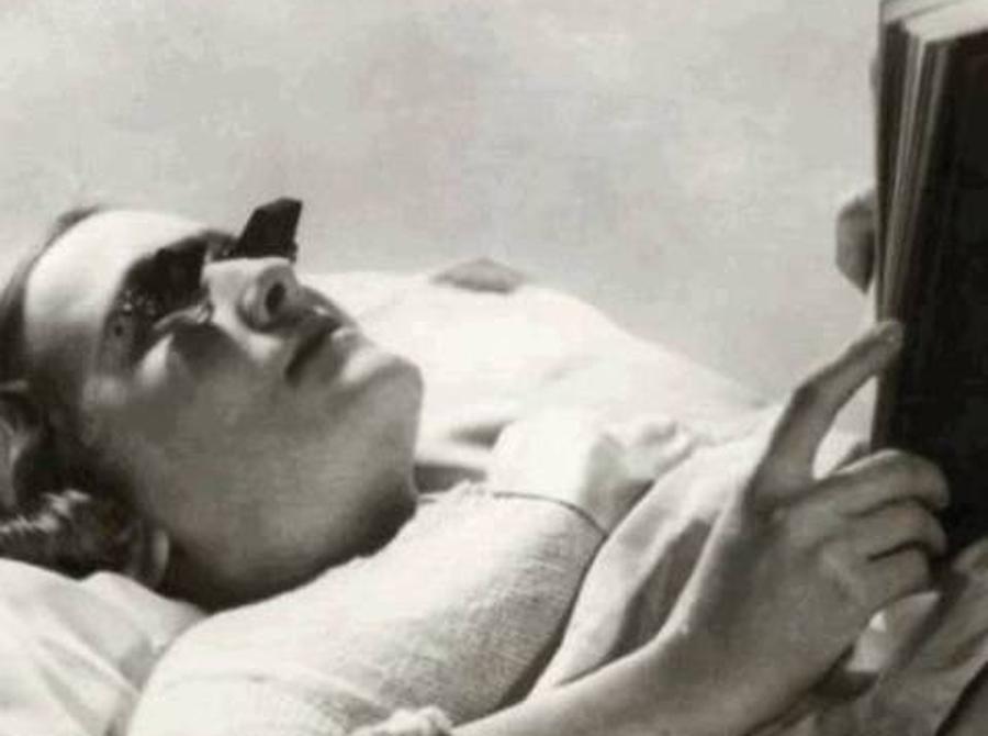 Очки для чтения Одно из самых странных изобретений начала XX века были вот эти очки. Они позволяли человеку читать лежа, не напрягая шеи. К сожалению, врачи выяснили, что в дополнение очки сильно сажали зрение. Вот такой вот странный бонус ленивым.