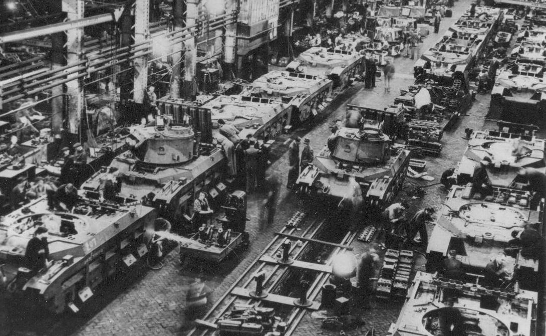 Станки В довоенное время индустриализация Советского союза шла полным ходом. Страна всего за несколько «пятилеток» смогла перерасти аграрное прошлое и выстроить сильную отрасль тяжелой и легкой промышленности — подобная скорость развития просто невозможна без внешней сырьевой и технической поддержки. Легендарный Т-34 был собран на английских и американских станках, полученных СССР по ленд-лизу. Без этой техники никакой конструкторский гений не смог бы довести удачный на бумаге проект хотя бы до стадии прототипа.
