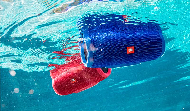 Обновленная версия беспроводной акустической системы JBL Charge 3 заключена в водонепроницаемый корпус, что позволит ей зарядить вечеринку при любых погодных условиях. В дождь или в солнце, у бассейна или на пляже – везде новинка станет центром притяжения, источником мощного звука и хорошего настроения. Благодаря возможности беспроводного подключения до трех устройств одновременно, каждый поочередно сможет поделиться с друзьями своими любимыми музыкальными композициями. Усиленный прорезиненный корпус в сочетании с отделкой из высокопрочного тканого материала позволяет пережить любые активные приключения без ущерба для внешнего вида и работоспособности колонки.