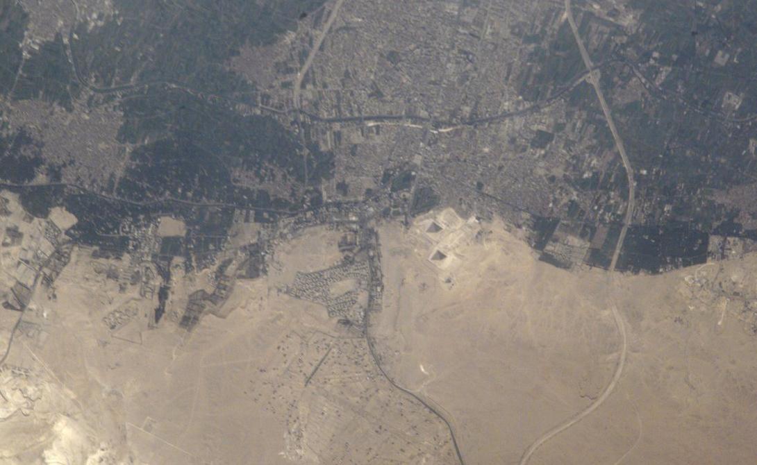 Великие пирамиды в Гизе Видите ли вы пару маленьких треугольных теней в центре этой фотографии? Эти тени и маленькое пятнышко прямо под ними — на самом деле, одни из самых умопомрачительных конструкций когда-либо построенных человеком. Пирамиды Гизы были возведены тысячи лет назад. Они огромны, но из космоса этого точно незаметно.