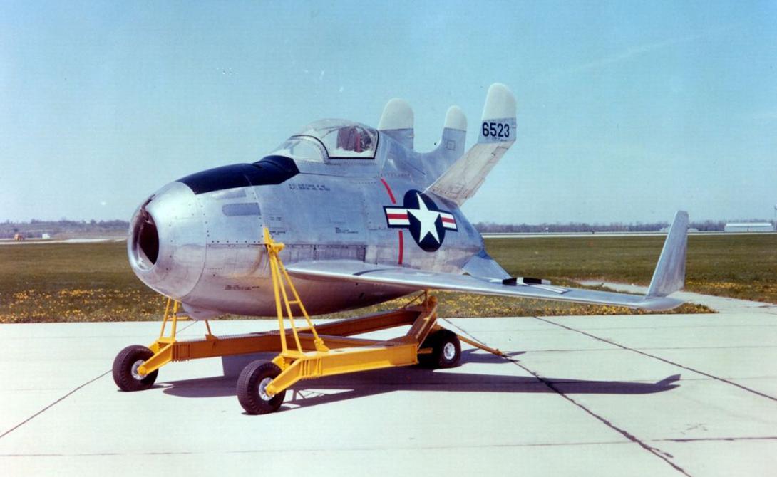 XF-85 Goblin Goblin остается самым маленьким реактивным истребителем из когда-либо созданных. В 1950 году американские ВВС работали над проектом кэрриера McDonell X-85, способного перевозить в трюме вот таких смертоносных крох. Длина XF-85 чуть не дотягивала до пяти метров. Чтобы компенсировать не особо впечатляющие масштабы, его оснастили четырьмя пулеметами калибра .50. В конце концов, USAF вынуждены были от проекта отказаться: проблемы со стыковкой, слабый мотор и ограниченная боевая сила делали истребитель совершенно беспомощным перед самолетами потенциального противника.