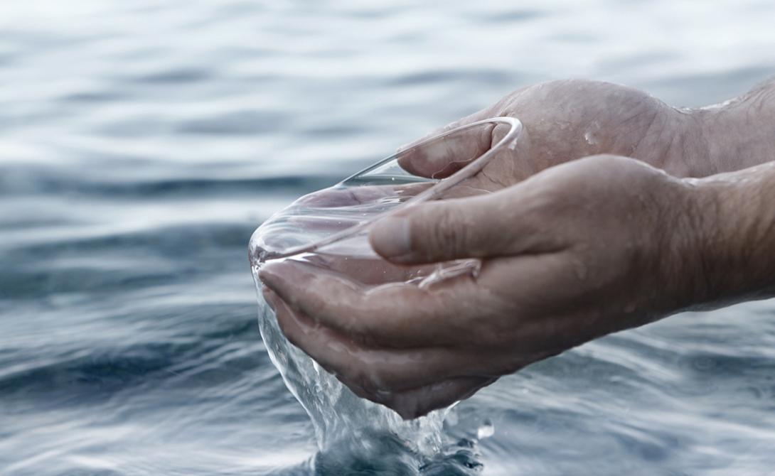 Слабительное Не будем забывать и о сульфате натрия, которым чрезвычайно насыщена соленая морская вода. Он обладает чарующей способностью оказывать на человека сильнейшее слабительное действие. Как следствие, обезвоживание наступает гораздо быстрее.