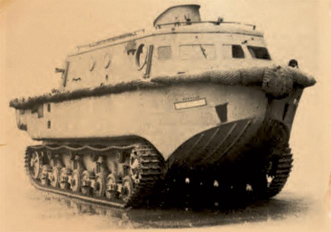 Land-Wasser-Schlepper К 1940 году Германия сформировала планы нападения на основных противников, в числе которых была и Великобритания. Воевать с островным государством было не очень-то удобно — ребром стоял вопрос высадки тяжелой техники. Land-Wasser-Schlepper, земноводный трактор, мог вполне вопрос разрешить. Эта штуковина представляла собой бронированный тягач, оснащенный скомпонованной сзади пушкой. По морю околотанк ходил с трудом и норовил утонуть, на суше же становился легкой добычей: толщина брони была недостаточна даже для противодействия обычной пуле, выпущенной с близкого расстояния.