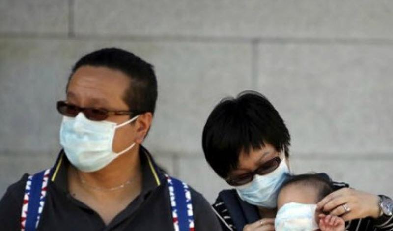 Пациент Зеро-МЭРС Никто не знает имени человека, из-за которого в Южной Корее началась эпидемия Ближневосточного респираторного синдрома, МЭРС. Это смертельное респираторное заболевание впервые было обнаружена в Саудовской Аравии. Пациент Зеро обратился за помощью в клинике своего родного города Асан. Местные врачи, растерявшиеся при виде необычных синдромов, отправили больного в сеульский Samsung Medical Center. К тому времени, как диагноз наконец поставили, нулевой пациент инфицировал двух мужчин в своей палате, лечащего врача, а также родственников, навещавших его в больнице. Они, в свою очередь, разнесли заразу по городу: началась ужасная эпидемия, погрузившая Сеул в настоящий хаос.