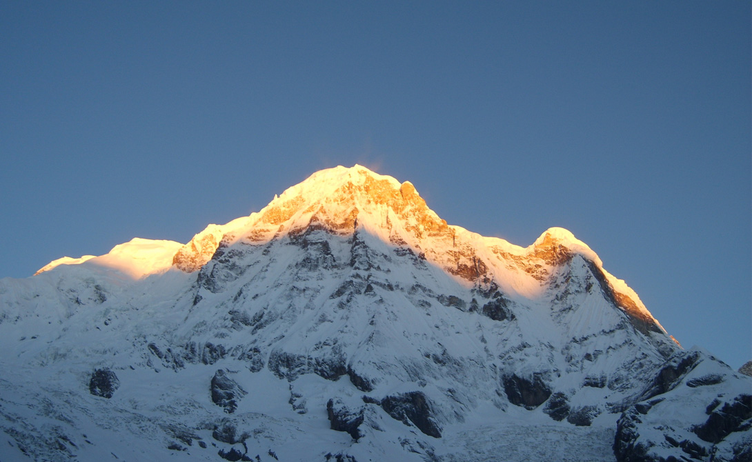 Аннапурна Где: Непал Высота: 8091 183 человека пытались подняться на эту гору. 61 одна из этих попыток закончилась смертью. С такими показателями Аннапурна входит в число самых гибельных пиков планеты — есть, чем гордиться. Причем Аннапурна не любит мелочиться: в 2014 году группа из сорока человек погибла здесь за два часа, занесенная снежной бурей.