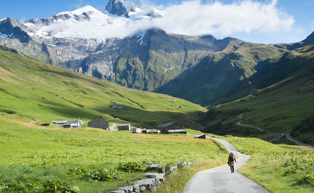 Тур дю Монблан Франция Тур дю Монблан по праву считается одной из лучших хайкерских троп в Европе. Двести километров дороги проходят сразу через три страны — Швейцарию, Италию и Францию.