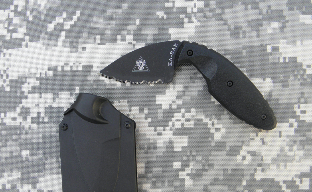 KA-BAR TDI Law Легендарный KA-BAR создавался по заказу полиции Сан-Франциско. Это своеобразный последний уровень защиты, применяемый уже при близком контакте. Лезвие ножа расположено под необычным углом, чтобы дать возможность работать даже с заломленной рукой. Врага вы им не напугаете — черт, да он может просто не заметить крохотное лезвие в ладони. KA-BAR берет эффективностью.