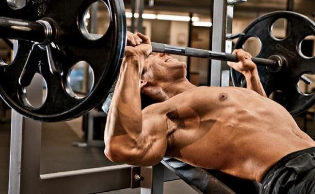 Правила жима Грудь представляет собой крупную мышечную группу. Классический прием с прогрессирующим увеличением веса не может обеспечить всю полноту нужной нагрузки. Важно учитывать и правильную технику выполнения и разнообразие упражнений. Грудные мышцы необходимо нагружать под разными углами — только так можно добиться равномерного развития.