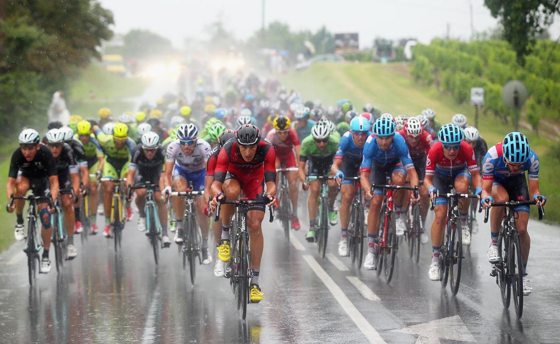 Закалка характера Победа достается не только физической силой. Чтобы стать первым в таком серьезном соревновании, на котором собираются лучшие гонщики мира, нужно иметь закаленную психику. Атлет должен сражаться до конца, не обращая внимания на неизбежную боль и даже серьезные травмы. Многие команды-участницы Тур де Франс нанимают специальных коучей, способных обеспечить велосипедистам психологическую поддержку. К примеру, у именитых FDJ эту роль выполняет Денис Троха, бывший футбольный тренер.