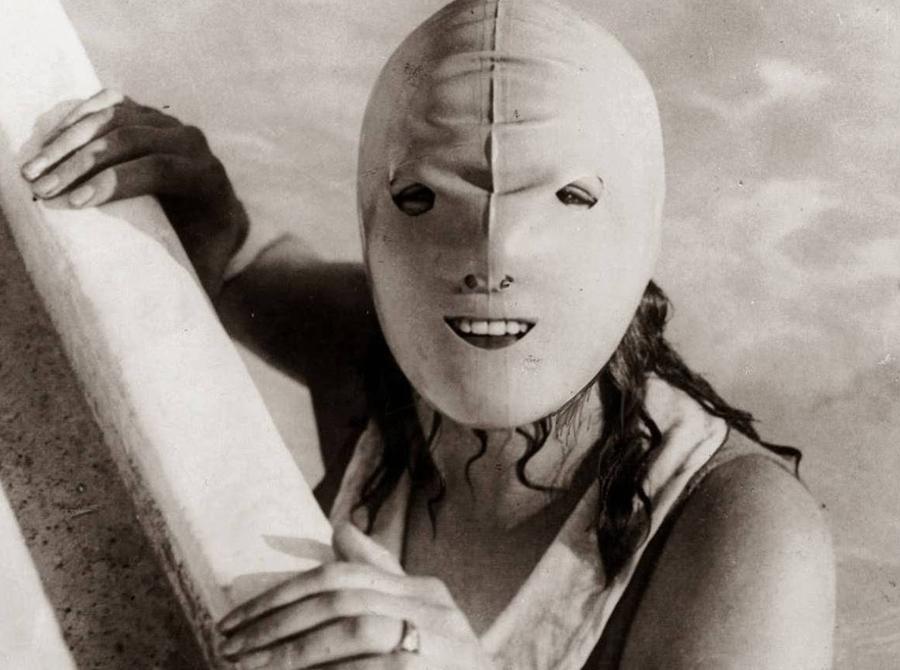 Плавательная маска Эта ужасающая маска выглядит действительно ужасно, но прекрасно справляется со своими функциями. Она предназначалась для защиты женского лица от солнца — сейчас c этим неплохо справляется и обычный солнцезащитный крем.