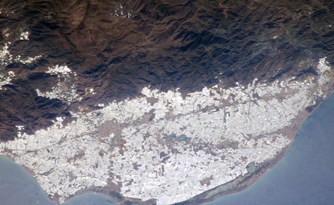 Теплицы в Альмерии В провинции Альмерия, юго-восток Испании, существует огромное количество теплиц, которые можно увидеть даже из космоса. Они охватывают более 64 000 акров земли. Миллионы тонн фруктов и овощей будут экспортированы в каждую страну мира.