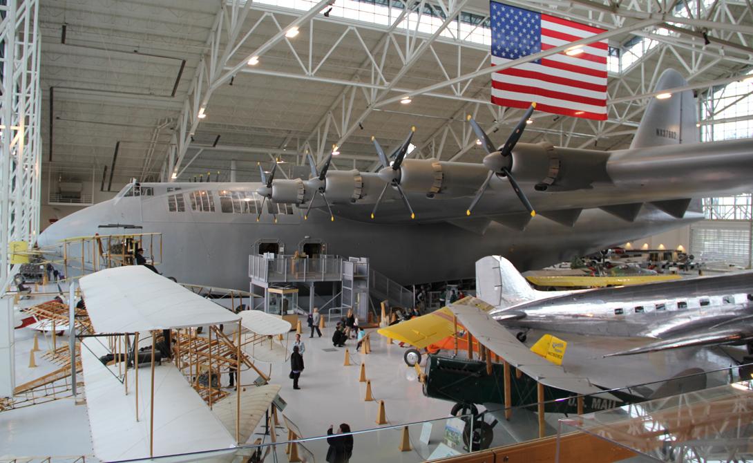 H4 Hercules В 1942 году американское правительство нуждалось в большом грузовом самолете, способном перевозить солдат и технику через Атлантический океан, в Европу. Подряд получил авиационный магнат и миллиардер Говард Хьюз, вознамерившийся построить настоящего гиганта. Что самое интересное, армейский контракт вынуждал промышленника разработать конструкцию, где вовсе не будет металла –весьма дефицитного материала во время войны. Хьюз принял вызов, но не уведомил правительство о дате сдачи проекта: самолет, прозванный прессой Spruce Goose, появился только в 1947 году.
