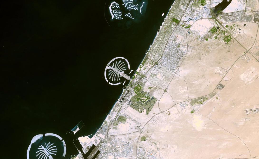 Пальмовые острова в Дубае Набор антропогенных островов расположен неподалеку от побережья Дубая. Несколько лет подряд рабочие без устали выбирали песок со дна Персидского залива, а затем распыляли его так, чтобы он принял нужную форму.