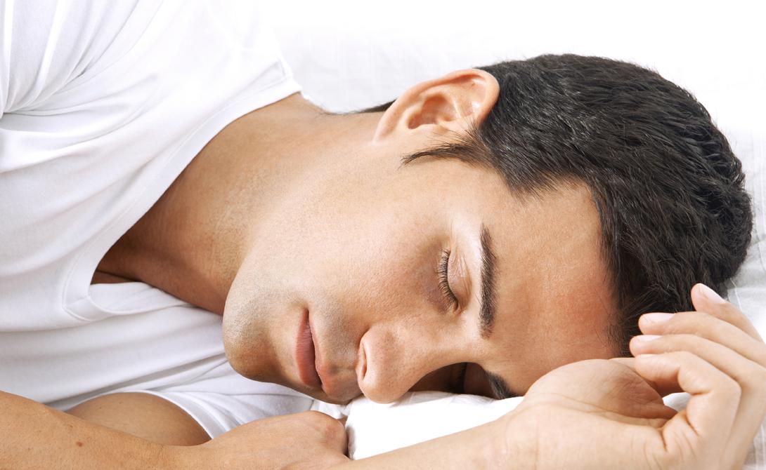 Храп Попробуйте спать не на спине, а на боку. Ограничивайте себя физически: плотной подушки будет достаточно, чтобы не вертеться во сне. Кроме того, стоит хорошенько прочистить носовые пазухи и полностью исключить алкоголь в вечернее время суток. Он также может вызывать храп.