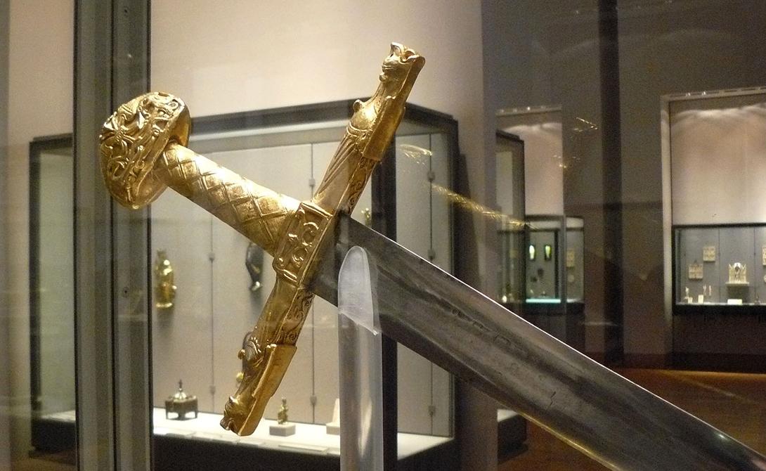 Жуайез Владельцем легендарного Жуайеза был не менее легендарный основатель Священной римской империи, Карл Великий. Предание гласит, что волшебный меч менял цвет тридцать раз в день, а яркость его лезвия затмевала Солнце. Чудесные свойства оружию сообщала частичка Копья Лонгина, будто бы добавленная мастером-кузнецом к стали.