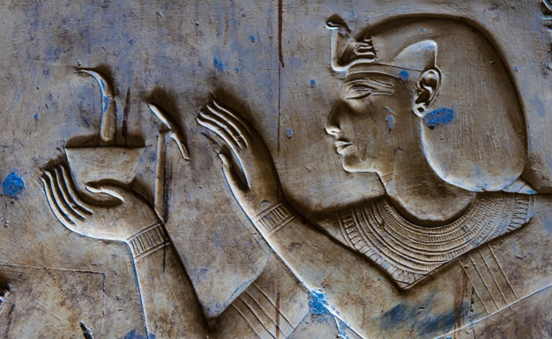 Анк Странный символ, который можно часто увидеть в руках у египетского бога, называется Анк. Он символизирует вечную жизнь, неизменную для каждого существа.