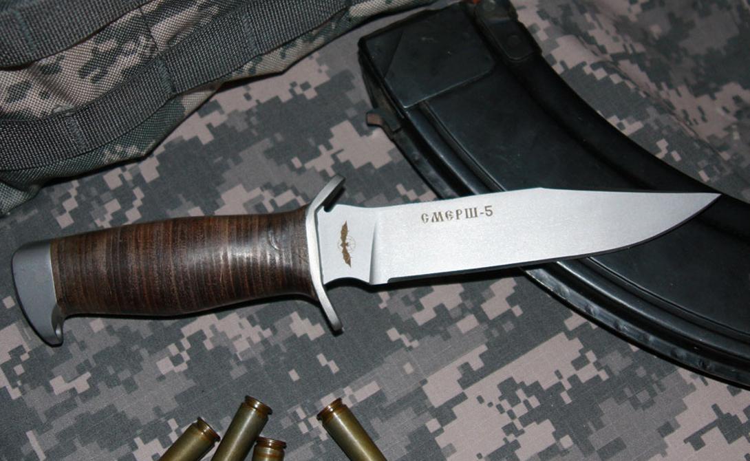 Смерш-5 На вооружении: ГРУ, ФСБ Ножи такой формы использовались еще во Второй мировой войне. На данный момент существует несколько вариаций этой модели. «Смерш-5» отличается от прочих двусторонней гардой, обеспечивающей надежность при любом хвате.