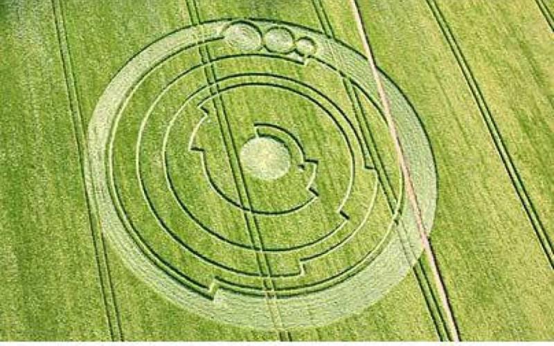Самый сложный из известных рисунков В поле неподалеку от замка Барбари наблюдали еще одно весьма сложное образование. Диаметр его окружности составлял 45,72 метра и фактически представлял собой закодированное послание из первых 10 цифр числа π: 3,141592654.