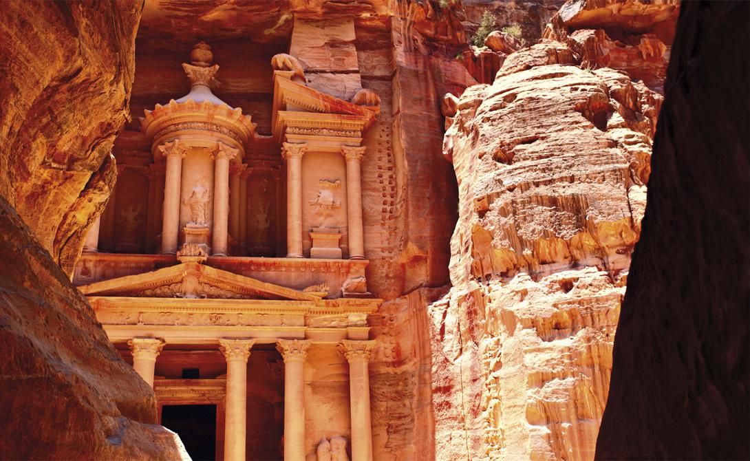 Поход в Петру Иордания Существуют несколько отправных точек по этому маршруту. На самом деле, варьироваться будет лишь длительность путешествия: от шести до одиннадцати дней. Каждая из троп в любом случае подарит хайкеру воспоминаний на всю жизнь — тут будут и древние, вырубленные в скале гробницы, и великолепные песчаные карьеры, и уникальные долины, с прозрачным до звона в ушах воздухом.