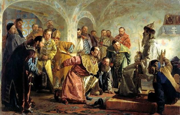 Опричнина Стремясь выстроить надежную защиту против бояр, Иван Грозный окружил себя группой наемников, получивших очень большие полномочия. Опричники носили черное платье, а у седел привязывали собачьи головы, символизирующие судьбу, которая ожидает предателей. Они действовали в качестве тайной полиции Ивана IV, мучая и убивая всех подозреваемых в нелояльности. В 1570 году опричники ворвались в Новгород, погибло более 10 000 ни в чем не повинных людей. Некогда могущественный торговый город уже никогда не оправился от этого удара.