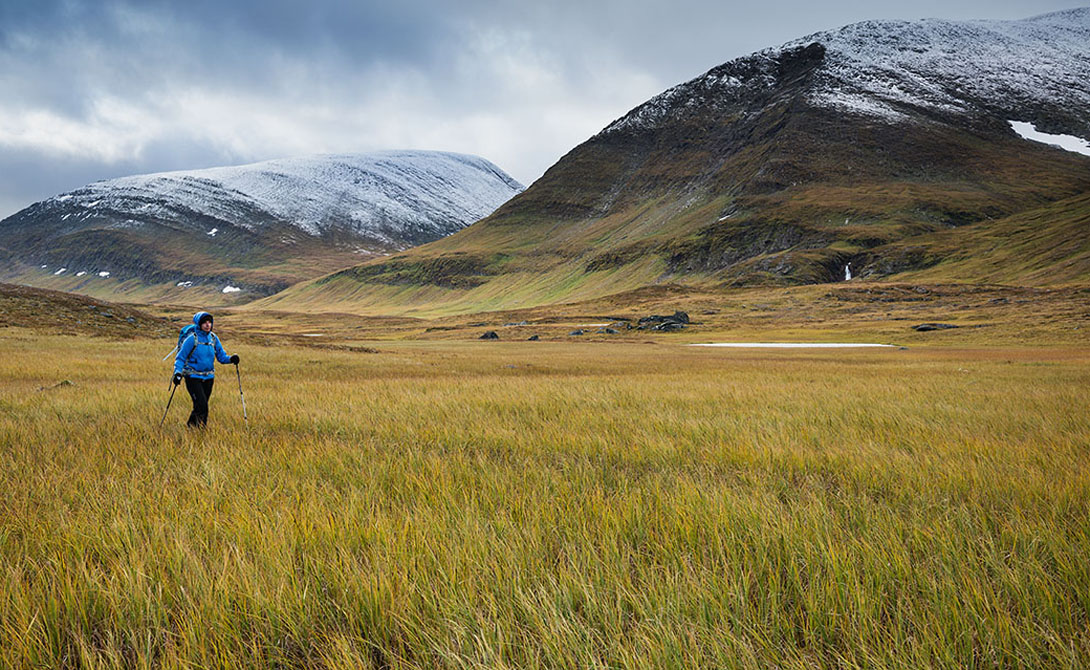 Кангследен Трэйл Швеция Великолепные пейзажи диких гор, бурлящие ручьи, пенистые реки и высокогорные плато — местные не зря прозвали эту тропинку «Дорогой Королей». Стоит распланировать путешествие максимально тщательно: дорога длиной почти в четыре сотни километров может стать весьма утомительным приключением.
