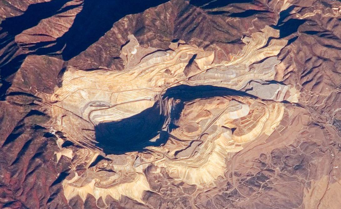 Медный рудник Кеннекотт Медный рудник Кеннекотт, расположенный к юго-западу от Солт-Лейк-Сити, штат Юта, является одним из крупнейших карьеров в мире. Его длина превышает четыре километра, а глубина достигает двух. И рудник функционирует до сих пор — разработки были начаты в конце 19 века.