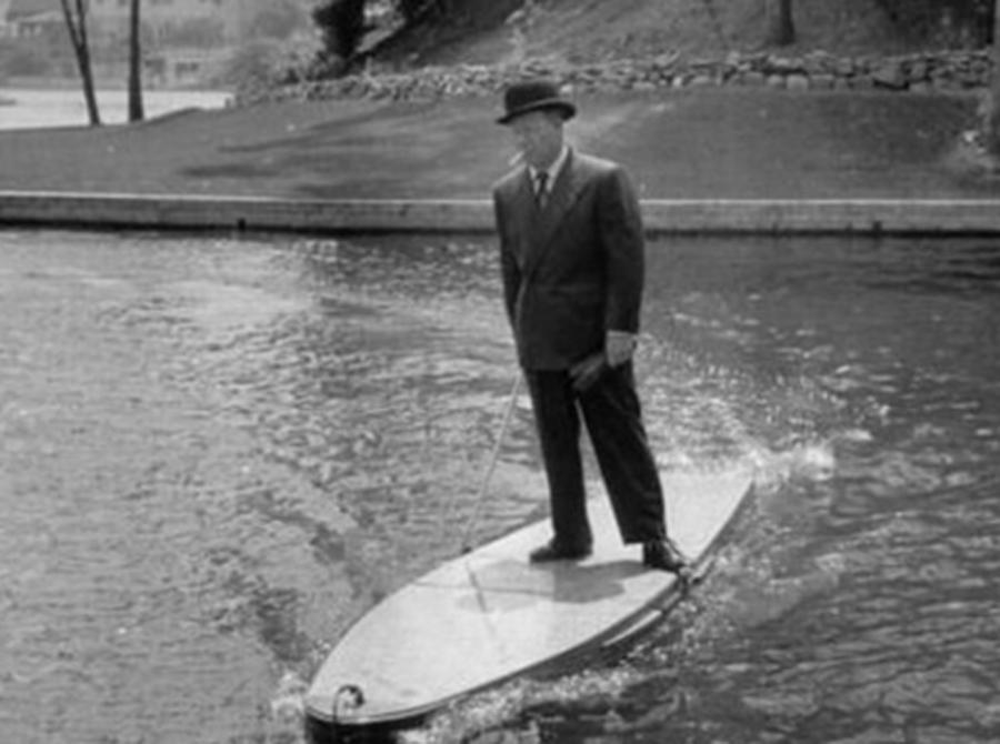 Моторизованная доска для серфинга А это изобретение воскресили совсем недавно: энтузиасты построили практически такую же доску для серфинга, которая уже была создана нашими предками. В 1934 году американцы предлагали подобное плавсредство в качестве аналогов длинным объездам вокруг рек. Мол, не снимая костюма можно быстро оказаться на другой стороне.