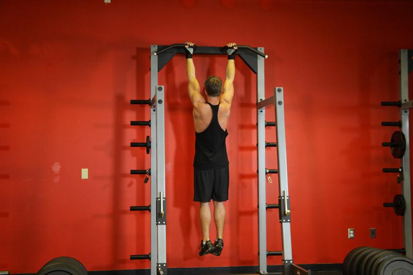 Подтягивания обратным хватом Это одно из лучших упражнений, которым, как ни странно, пренебрегают многие новички. Подтягивания просты, но способны прокачать и бицепс, и плечевую мышцу. Следите за тем, чтобы спина работала в меньшей степени, чем руки. Для этого надо всего лишь ментально сосредоточиться именно на бицепсах.