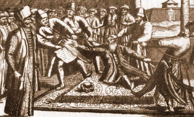 Казни Османская власть полностью распоряжалась жизнью и смертью своих подданных. Главный суд, расположенный во дворце Топкапы, являл собой ужасающее место. Здесь были построены специальные колонны, где выставлялись головы казненных и специальный фонтан, предназначенный исключительно для палачей — здесь они мыли руки. Удивительно, но в роли заплечных дел мастеров часто выступали обычные садоводы, разделявшие свое время между созиданием искуснейших букетов и практикой с топором. Чаще всего провинившимся просто отрубали голову, однако кровь членов королевской семьи проливать было нельзя. Главным садовником всегда назначался крупный мускулистый мужчина, способный задушить человека голыми руками.