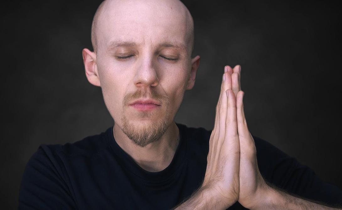 Что нужно делать Простота медитации абсолютна. Вам нужно сделать всего три вещи: сесть поудобнее (можно обойтись и креслом, вместо позы Лотоса), сосредоточиться на дыхании и возвращать концентрацию к нему каждый раз, как ум начинает блуждать где-то в стороне. А такое непременно случится, и не раз.