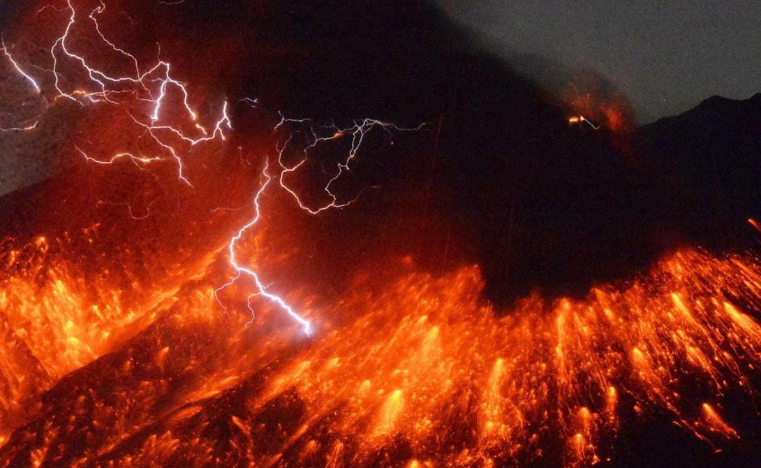 Вулканическая молния Этот феномен изучить очень сложно — уж очень он редкий. Однако ученые имеют несколько теорий, правдоподобно объясняющих возникновение вулканических молний. К примеру, Эллевер Шульц из университета Дантона считает, что пепел при извержении подвергается сильному давлению, благодаря которому возникает статическое электричество.