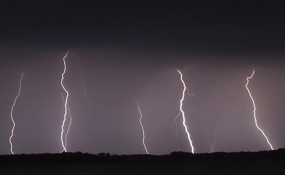 Озеро Маракайбо Озеро Маракайбо в Венесуэле привлекает больше ударов молнии, чем любое другое место на Земле. Грозы здесь случаются целых триста раз в год — то есть, почти ежедневно.
