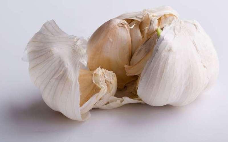 Чеснок Не стоит избегать чеснока в своем рационе. Своеобразно пахнущие дольки этого полезного растения, как показали исследования, при потреблении в пищу снижают риск развития рака легких, остеоартрита и нормализуют кровяное давление.