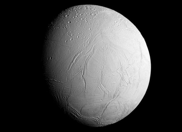 Энцеладус По мнению многих ученых, на Энцеладусе давно стоило бы сформировать небольшую колонию — хотя бы ради наблюдения за Великим Кольценосцем. Энцеладус покрыт льдом, но сквозь его толщу временами прорываются наружу гейзеры пара. Состав выбросов был проанализирован учеными при помощи аппарата Кассини: это жидкая вода, азот и органический углерод. Именно такие элементы химики называют «строительными блоками жизни». Кроме того, на южном полюсе Энцеладусе очень тепло. Человек вполне может обосноваться на этом небольшом островке спокойствия.