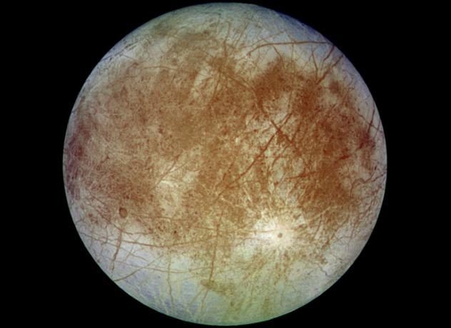 Европа Один из многих спутников Юпитера, Европа, покрыта толстой ледяной коркой. Однако, ученые полагают, что под ней скрыт огромный океан — а ведь вода необходима для жизни. На данный момент работами по детальному изучению Европы занимаются исследователи НАСА. В ближайшие годы мы точно узнаем, имеется ли здесь своя жизнь и сможет ли человек обосноваться в этой ледяной пустыне.